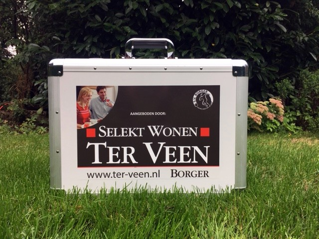 Select Wonen Ter Veen schenkt verzorgingskoffer aan 1e selectie SV Borger